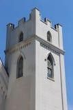 Torre blanca medieval construida en el estilo gótico Fotografía de archivo libre de regalías
