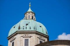 Torre blanca, tejado verde, cruz del oro en el top Imágenes de archivo libres de regalías