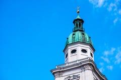 Torre blanca, tejado verde, cruz del oro en el top Foto de archivo