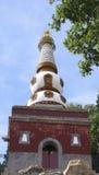 Torre blanca y base roja Foto de archivo libre de regalías