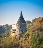A torre bonita antiga do castelo e a natureza pitoresca ajardinam Imagem de Stock