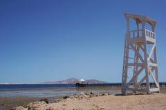 Torre branca alta bonita do relógio no fundo da natureza do litoral fotos de stock