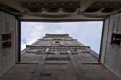 Torre branca de Ghirlandina na baixa de Modena, Emilia-Romagna imagens de stock