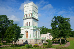 A torre branca em Alexander Park, tarde de julho Selo de Tsarskoye, Rússia Foto de Stock