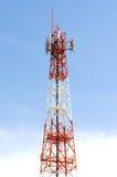 A torre branca vermelha da transmissão Fotos de Stock