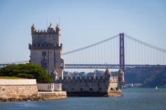 Torre c?nico de Bel?m e ponte de madeira que miroring com mar?s baixas em Tagus River Torre de Belém é herança do Unesco e ícone  fotografia de stock royalty free