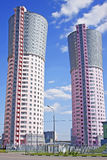 Torre-casas, similares às grandes chaminés Imagens de Stock