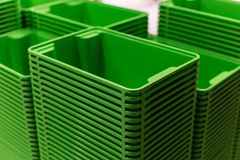 Torre casera plástica verde de los envases en la tienda fotos de archivo