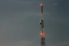 Torre cellulare del trasmettitore del segnale alla notte Immagini Stock Libere da Diritti