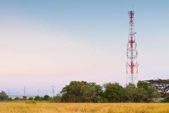 Torre cellulare di telecomunicazione a tempo crepuscolare Fotografie Stock Libere da Diritti