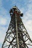 Torre cellulare indicata alla cima immagine stock libera da diritti