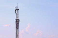 Torre cellulare moderna alta, nuvole e bello cielo Fotografie Stock Libere da Diritti