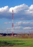 Torre cellulare su un fondo del paesaggio della molla Fotografie Stock Libere da Diritti