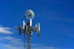 Torre cellulare travestita come mulino a vento dell'azienda agricola immagini stock