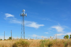 Torre cellulare travestita come mulino a vento dell'azienda agricola fotografia stock libera da diritti