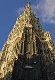Torre cercana para arriba de la catedral de Stephandson en Viena Imagenes de archivo