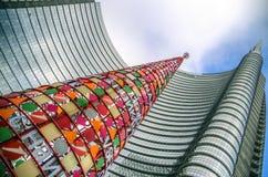 Torre Cesar Pelli con el árbol de navidad, Milán, Italia Fotografía de archivo