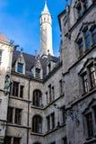 Torre che raggiunge sopra la vecchia costruzione in Baviera Fotografia Stock