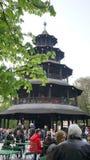 torre chinesa no jardim famoso da cerveja do jardim inglês foto de stock