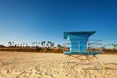 Torre chiusa del bagnino sulla spiaggia sabbiosa abbandonata Fotografie Stock Libere da Diritti