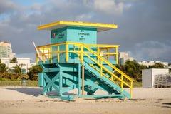 Torre colorida da salva-vidas na praia sul fotos de stock royalty free