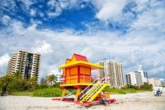 Torre colorida del salvavidas en la playa arenosa Fotos de archivo libres de regalías