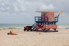Torre colorida del salvavidas en la playa del sur imagenes de archivo