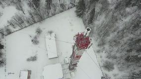 Torre com as antenas e os pratos celulares, sem fio Tiro do helicóptero vídeos de arquivo