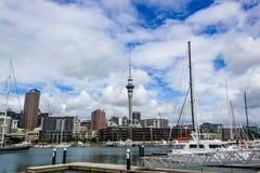 Torre com barcos dos diffrents, o marco em NZ, Auckland do porto e do céu de Auckland, Nova Zelândia imagem de stock royalty free