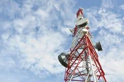 Torre con el sistema de la antena del teléfono celular Fotos de archivo