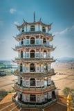 Torre con estilo chino en el templo de Wat Tham Suea o de Tham Suea en Kanchanaburi, Tailandia foto de archivo