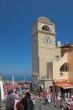 Torre con horas en cuadrado central Capri, Italia Fotografía de archivo
