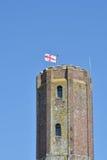 Torre del castillo con la bandera inglesa Foto de archivo