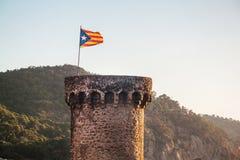 Torre con la bandiera della Catalogna Costa Brava Tossa de marzo Fotografia Stock