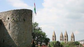 Torre con la bandiera ungherese Pecs stock footage