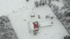 Torre con las antenas y los platillos celulares, inalámbrico Lanzamiento del helicóptero almacen de video