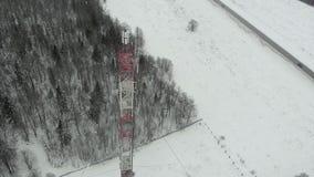 Torre con las antenas y los platillos celulares, inalámbrico Lanzamiento del helicóptero almacen de metraje de vídeo