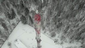 Torre con las antenas y los platillos celulares, inalámbrico Lanzamiento del helicóptero metrajes
