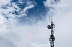 Torre con las antenas y las nubes imagen de archivo libre de regalías
