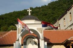 torre con las banderas cruzadas y serbias Foto de archivo libre de regalías