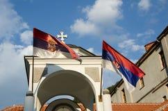 torre con las banderas cruzadas y serbias Imagenes de archivo