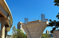 Torre concreta del monorrail bajo construcción Imágenes de archivo libres de regalías