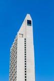 Torre concreta do condomínio no azul Fotografia de Stock Royalty Free