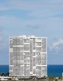 Torre costera blanca de la propiedad horizontal Fotografía de archivo
