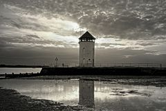 Torre costiera dell'allerta al tramonto nella seppia immagine stock