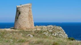 Torre costiera Sant Emiliano Otranto Apulia Italy del mare del posto di guardia scenico della campagna di Salento video d archivio