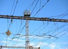 Torre, costruzioni e cavi della stazione ferroviaria Fotografia Stock