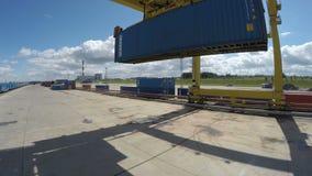 Torre Crane Lifts encima del envase de Big Blue en yarda de la planta metrajes