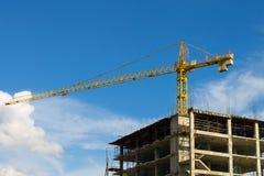 Torre Crane Wide Screen e grattacielo sul fondo del cielo blu Immagine Stock