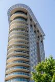Torre curva moderna del condominio con i balconi rotondi Immagine Stock